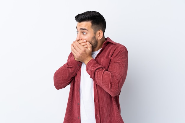 Молодой человек над изолированной белой стеной