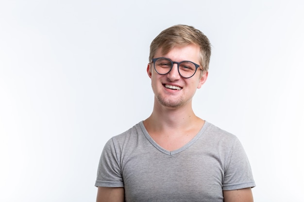Молодой человек над белой стеной
