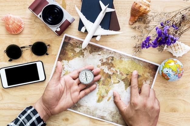 若い男は旅行計画で旅行を計画しています。上面図。