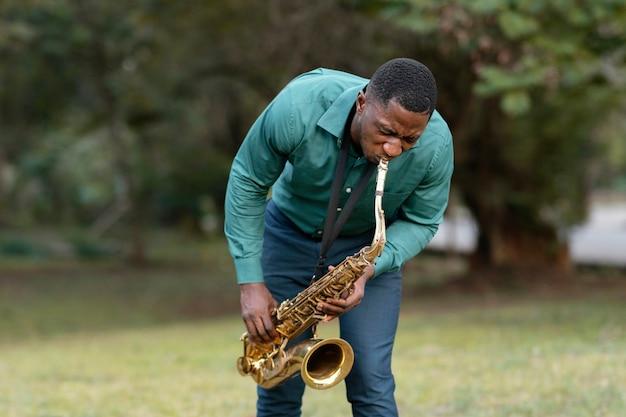 国際ジャズデーに楽器を演奏する若い男