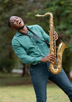 Молодой человек играет на музыкальном инструменте в международный день джаза