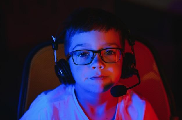 온라인으로 컴퓨터 게임을 하는 젊은 남자