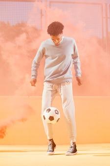 Молодой человек играет в футбол