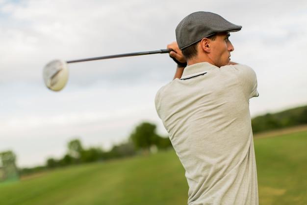 ゴルフをしている若者