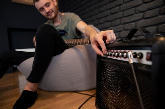 Giovane che suona la chitarra a casa