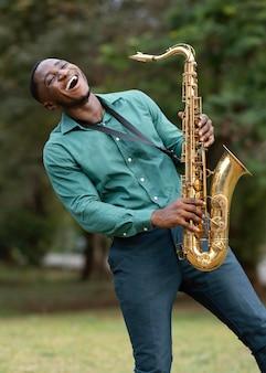 Giovane che suona uno strumento sulla giornata internazionale del jazz