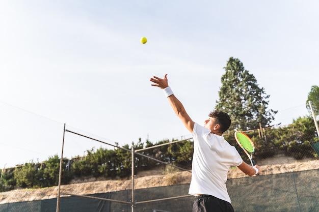 젊은 남자 테니스 야외.