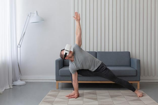 Молодой человек играет в видеоигры в очках виртуальной реальности