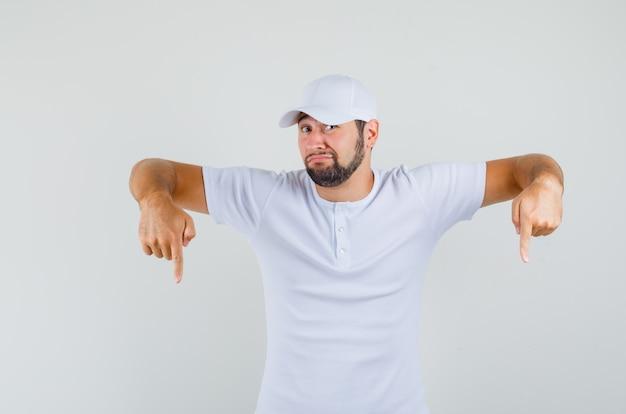 若い男は白いtシャツ、キャップで下向きで、不機嫌そうに見える、正面図。