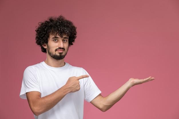 Giovane sottolineando la sua mano vuota