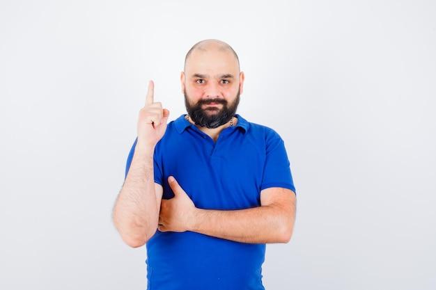 青いシャツの正面図で上向きの若い男。