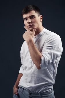 Портрет молодого человека в белой рубашке