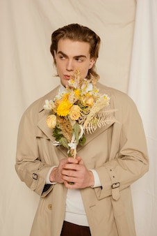Ritratto di giovane uomo con fiori
