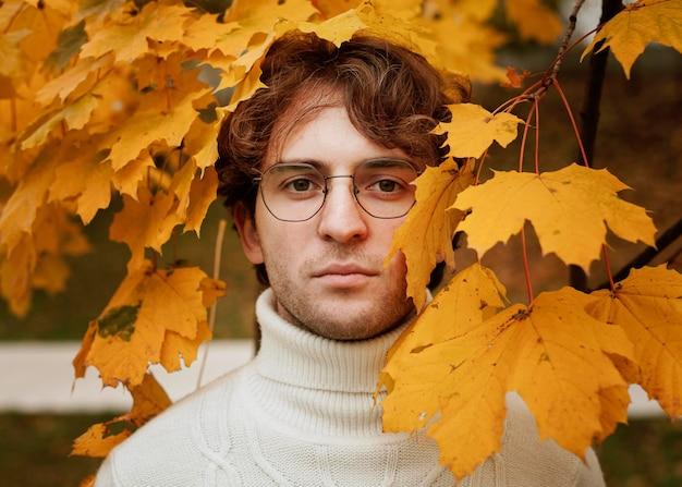가 잎에 포즈 젊은 남자