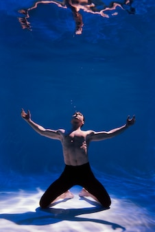 물속에 잠긴 포즈 젊은 남자