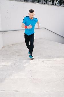 Интервальная тренировка молодого человека на лестнице