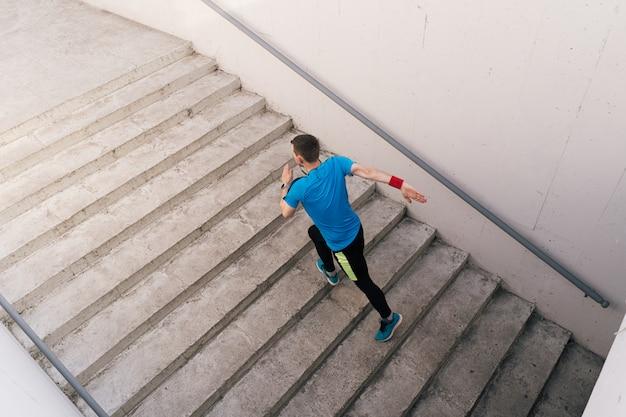 계단에서 간격 운동을 연습하는 젊은 남자