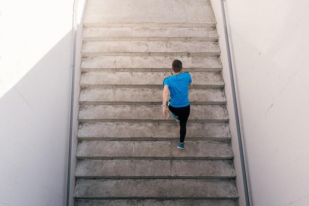 Allenamento di pratica di intervallo del giovane sulle scale