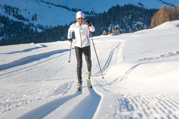 山でスキーを練習している若い男