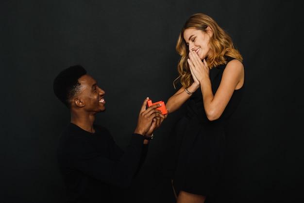 彼のガールフレンドにプロポーズする若い男