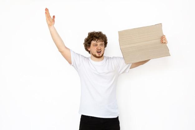 空白のボードで抗議する若い男