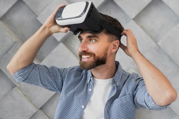 Молодой человек надевает виртуальную гарнитуру