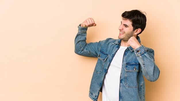 Молодой человек поднимает кулак после победы, концепции победителя.