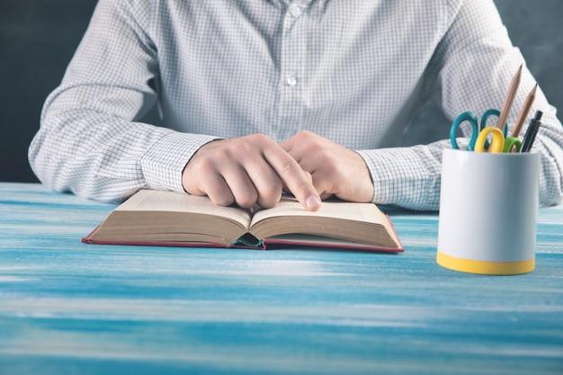 책을 읽는 젊은 남자.