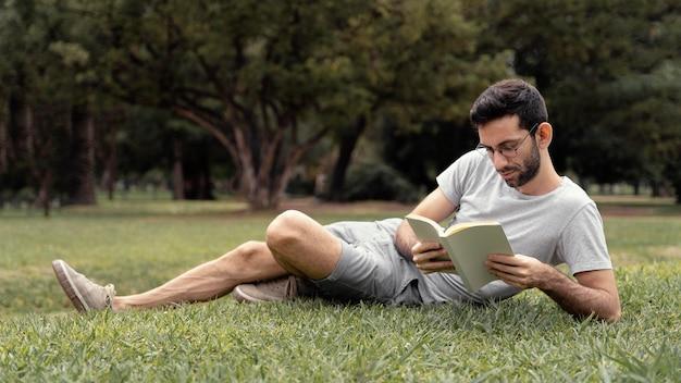 Молодой человек читает интересную книгу