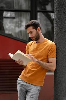 面白い本を読んでいる若い男