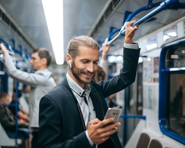 지하철에서 그의 서신을 읽는 젊은 남자
