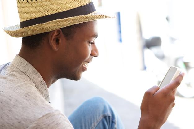 휴대 전화에 문자 메시지를 읽는 젊은 남자
