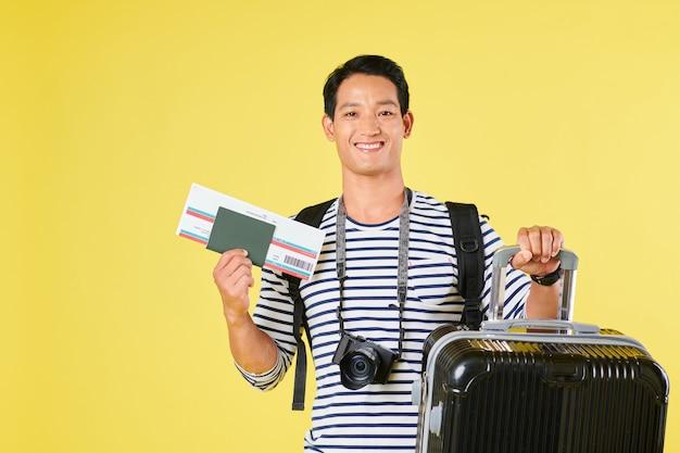 若い男が飛行機で旅行する準備ができて