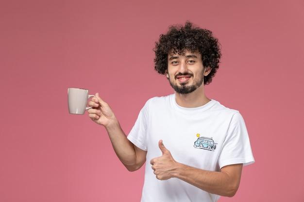 Al giovane piace davvero la sua tazza
