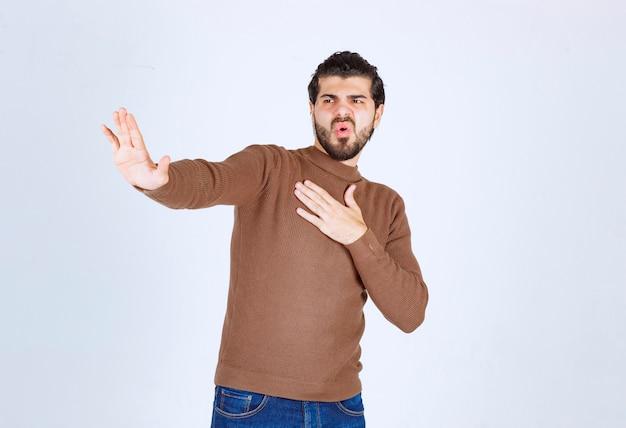 Giovane che rifiuta qualcuno che mostra un gesto di disgusto.