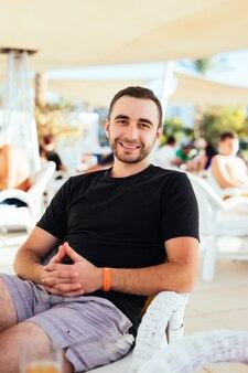 젊은 남자는 야외 카페에서 휴식을 취하십시오.