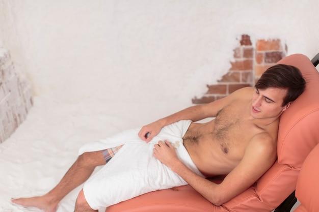 Молодой человек отдыхает в соляной комнате