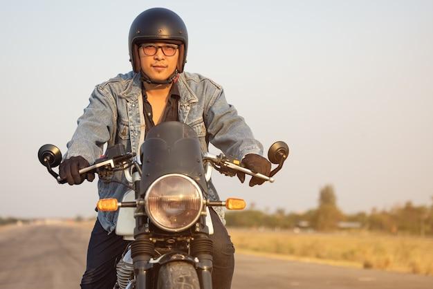 아스팔트 높은 길에 큰 자전거 motocycle를 타고 젊은 남자, 오토바이 남자는 자유를 가지고