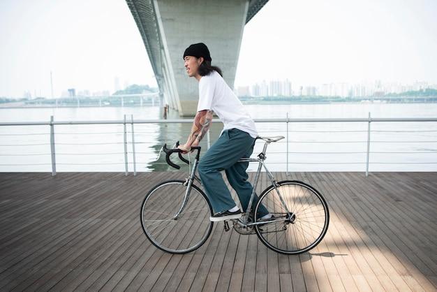 그의 자전거를 타고 젊은 남자