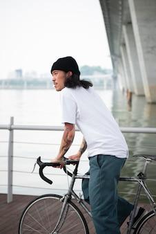Молодой человек на велосипеде
