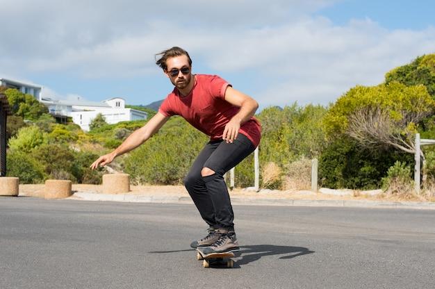 도시 거리에서 스케이트를 타고 젊은 남자