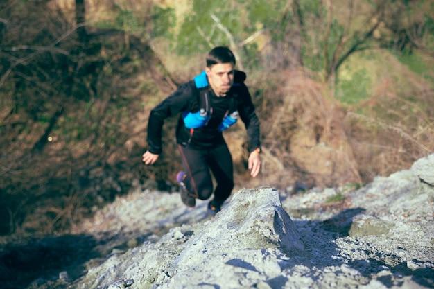 Giovane che corre alla foresta