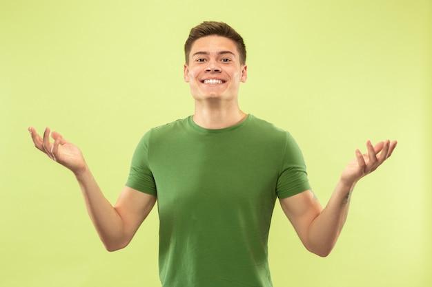 Ritratto a mezzo busto del giovane sulla parete verde dello studio