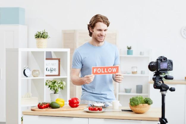 Молодой человек говорит, что следит за его блогом о здоровой пище, он пишет о здоровой пище