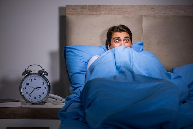침대에서 무서 워 젊은 남자