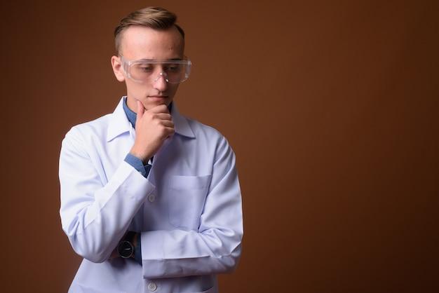 茶色に対して若い男の科学者医師
