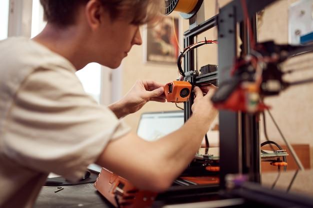 젊은 남자는 d 프린터를 설정