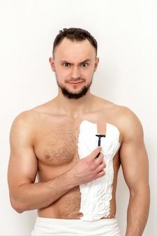 그의 가슴을 면도하는 젊은 남자