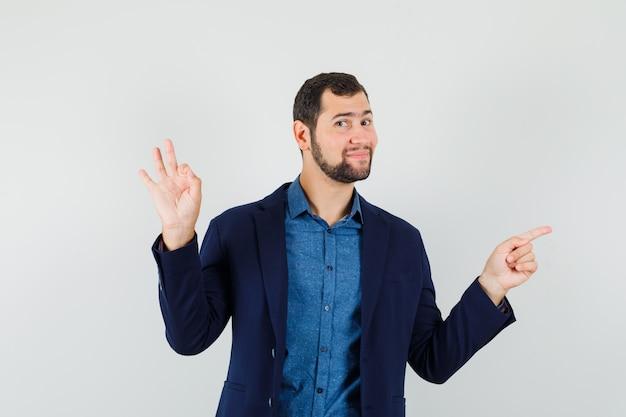 Giovane uomo in camicia, giacca che mostra il gesto giusto