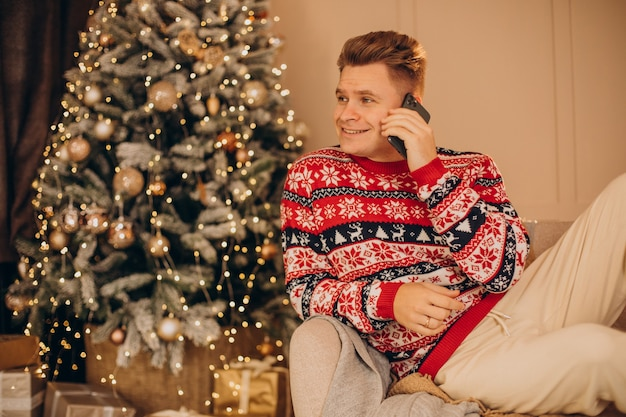 크리스마스에 쇼핑하는 젊은 남자